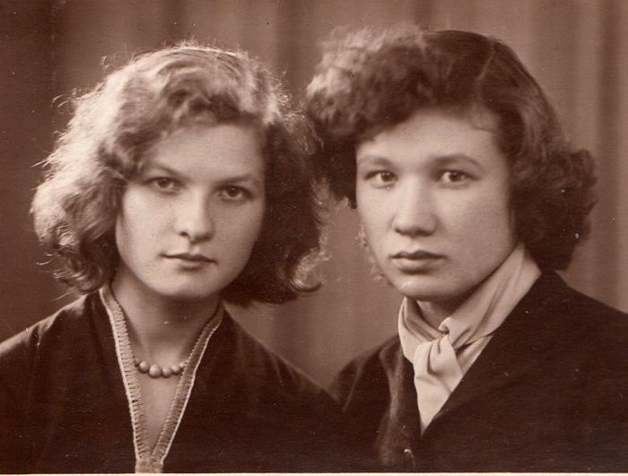 Л. Эйсмонт и Н. Акимова - студентки в Ленинграде. 1959 г.