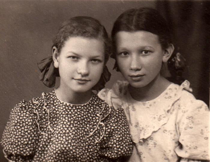 в 5-м классе. Люда Эйсмонт и Наташа Акимова (жила в Кишиневе только 1 год, но приезжала летом).