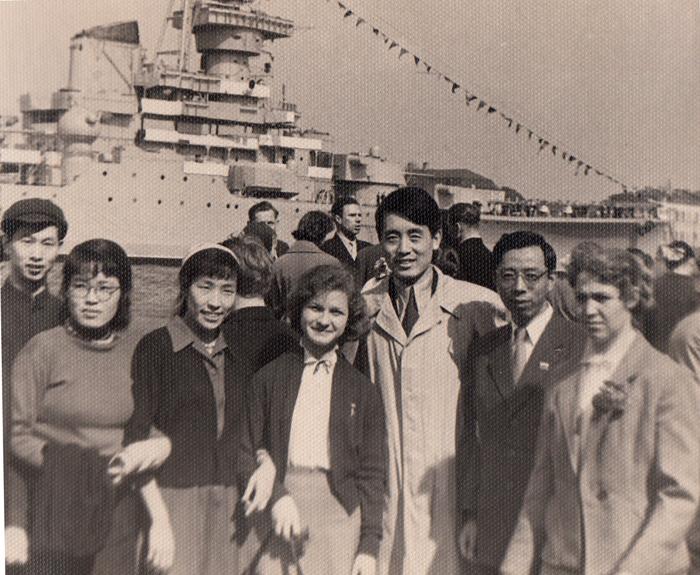1 мая 1959 г. в Ленинграде со студентами из Китая.